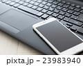 スマホとパソコン 23983940