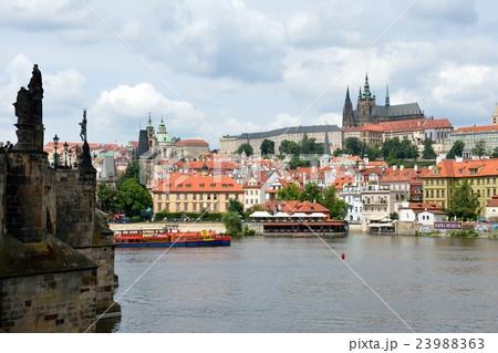 カレル橋たもとからのプラハ城 23988363