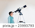 天体望遠鏡で宇宙を見る小学生 23993793