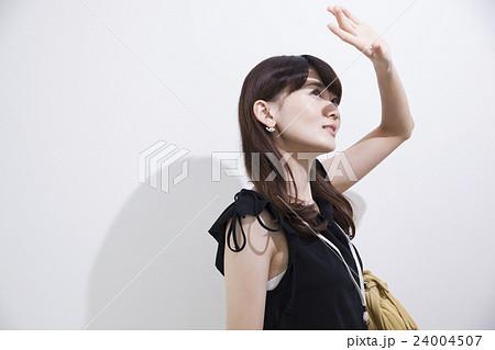 夏の日差し風ライティング_20代女性 24004507