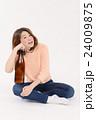 一升瓶を抱える泥酔した若い女性 24009875