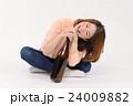 一升瓶を抱える泥酔した若い女性 24009882