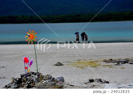 下北半島・恐山・神秘の色を湛える宇曽利湖を眺める観光客(2) 24012635