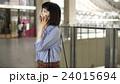 スマートフォンで通話をする女性 24015694