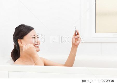 お風呂でスマホを使う女性 24020936