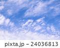 空を舞う白雲 24036813