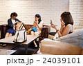 メイク 化粧 メイク直し 友達 友人 女性 ロビー 撮影協力:TENOHA DAIKANYAMA 24039101