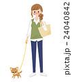 お散歩する女性とチワワ 24040842