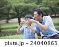 ピクニック 公園 人物の写真 24040863