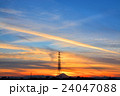 夕暮れ時の富士山と飛行機雲 24047088