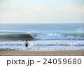 波と男性サーファー 24059680