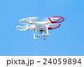 ドローン 無人航空機 無線操縦航空機 クアッドコプター 空 青空 文字スペース 24059894