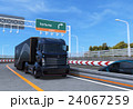 高速道路に走行する黒色のトラック 24067259