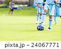 ボールを蹴る前のサッカー少年 24067771