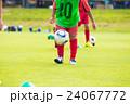 リフティングするサッカー少年  24067772