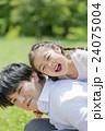 新緑の公園で遊ぶ父親と娘 24075004