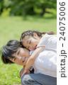 新緑の公園で遊ぶ父親と娘 24075006