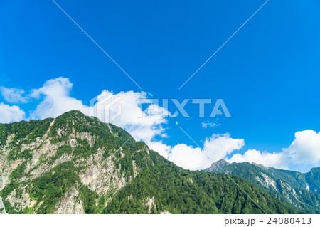 【富山県】黒部ダムより望む山岳風景【夏】 24080413