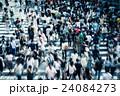 横断歩道を渡る人々 24084273