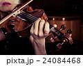 バイオリンを弾く女性 24084468
