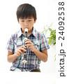 たてぶえを演奏する少年 24092538