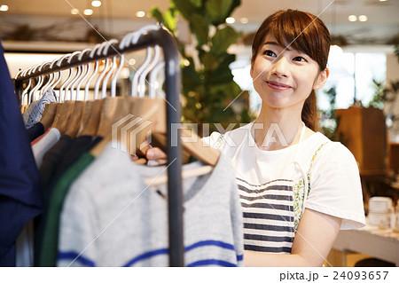 店員 販売員 女性 スタッフ 雑貨 セレクトショップ 撮影協力:TENOHA DAIKANYAMA 24093657