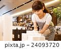 店員 販売員 女性 スタッフ 雑貨 セレクトショップ 撮影協力:TENOHA DAIKANYAMA 24093720