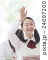 手を挙げる女子学生 24097200