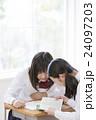 辞書を見る女子学生達 24097203