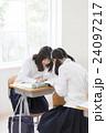 辞書を見る女子学生達 24097217