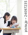 タブレットPCを見る女子学生達 24097235