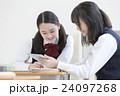 タブレットPCを見る女子学生達 24097268