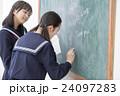 黒板に文字を書く女子学生 24097283