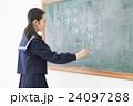 チョークを持つ女子学生 24097288