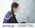 チョークを持つ女子学生 24097291