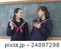 黒板の前の女子学生達 24097298