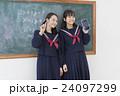 黒板の前の女子学生達 24097299