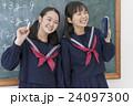 黒板の前の女子学生達 24097300