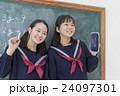 黒板の前の女子学生達 24097301