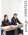 2人の女子学生 24097323