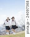 歩く2人の女子学生 24097368