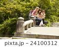 古都を旅する外国人女性と日本人女性 24100312