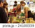 市場を観光する外国人女性と日本人女性 24100339