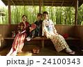 古都を旅する外国人女性と日本人女性 24100343