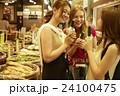 市場を観光する外国人女性と日本人女性 24100475