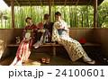 古都を旅する外国人女性と日本人女性 24100601