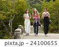 古都を旅する外国人女性と日本人女性 24100655