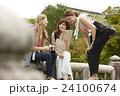 古都を旅する外国人女性と日本人女性 24100674