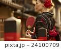 古都を観光する外国人女性 24100709