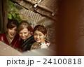 古都を旅する外国人女性と日本人女性 24100818